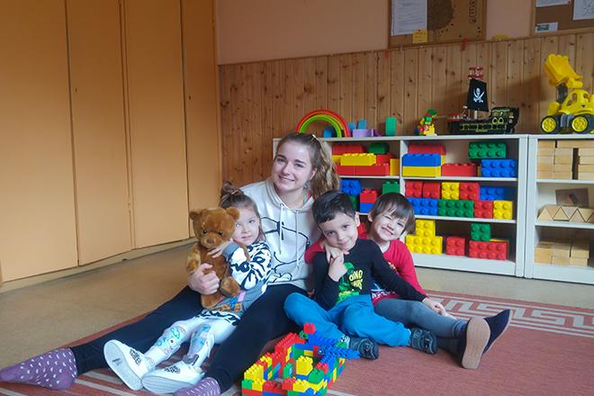Vivien Schubel mit Kindern in der Kita Pusteblume